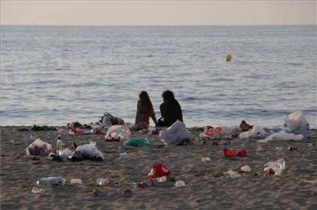 Así de sucias han quedado las playas de BCN tras la verbena