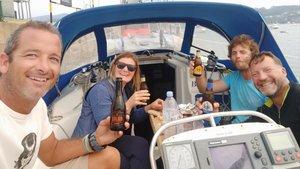 Los marineros asturianos, a la derecha, comparten un tentempié con la pareja francesa que también se encontró con las orcas.