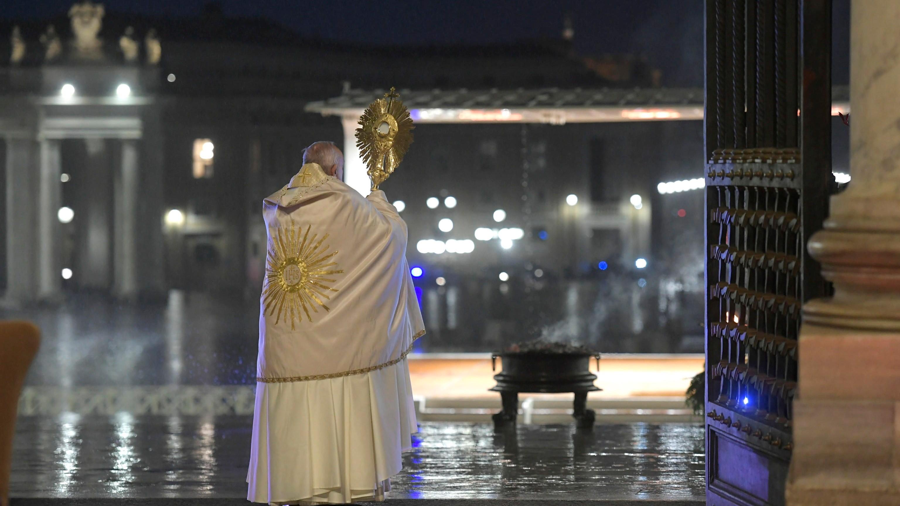 El papa Francisco imparte una histórica bendición 'Urbi et Orbi' en soledad, desde una plaza de San Pedro del Vaticano totalmente vacía, este viernes