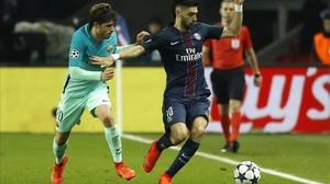 Pastore conduce el balón ante Sergi Roberto en el París SG-Barça de la Champions.