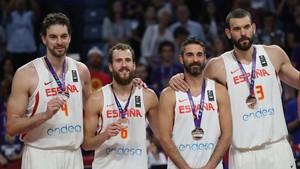 Pau Gasol, Rodriguez, Navarro y Marc Gasol posan con sus medallas