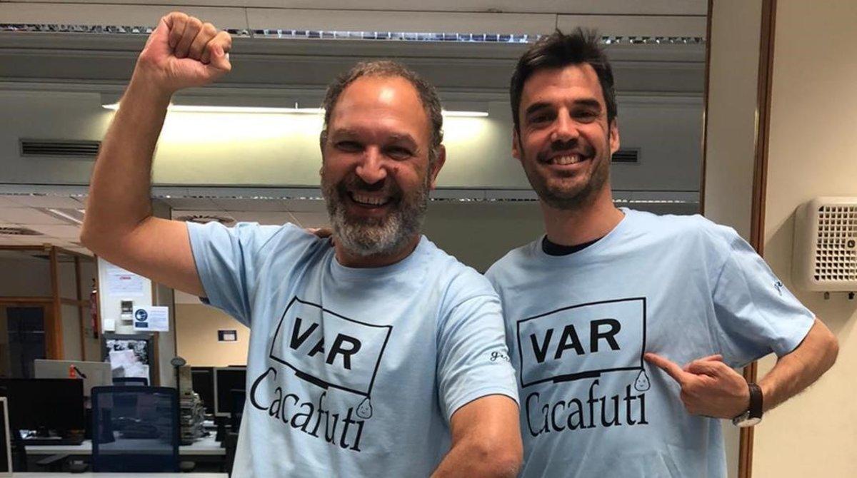 Pedro Martín, a la izquierda, junto a su compañero Antonio Pérez, con la camiseta solidaria 'VAR cacafuti'.