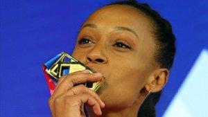Peleteiro besa la medalla de oro que logró en Glasgow.