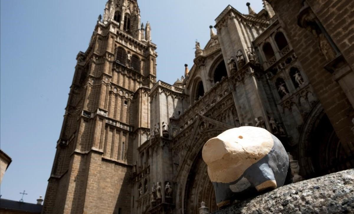 Un pequeño cerdo de yeso, en una calle del casco histórico de Toledo.