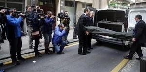 Personal de la funeraria traslada el cadáver de la mujer de 86 años asesinada en Bilbao por su hermana.