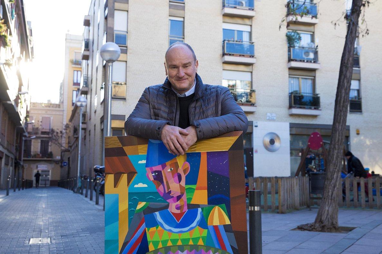 Philip Stanton, con uno de sus cuadros, en la plaza de John Lennon, donde tiene su nuevo estudio.