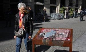 La placa que recordaba las torturas franquistas en la comisaría de Via Laietana aparece quemada dos días después de su instalación.