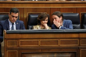 GRAF4579. MADRID, 04/02/2020.- El presidente del Gobierno, Pedro Sánchez (i), junto a la vicepresidenta primera del Ejecutivo, Carmen Calvo (c), y el vicepresidente segundo, Pablo Iglesias (d), desde sus escaños, durante el pleno celebrado este martes en el Congreso de los Diputados en Madrid. EFE/Zipi