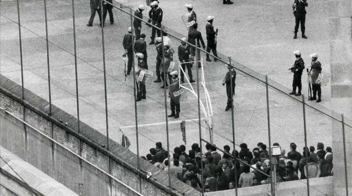 La policía sofoca un motín en la cárcellModelo en 1983.