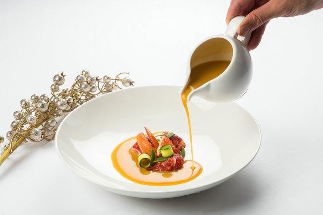 Este mar y montaña de pollo ecológico de corral de La Torre d'Erbull y bogavante es uno de los platos de la cena de Fin de Año del Hotel Majestic.