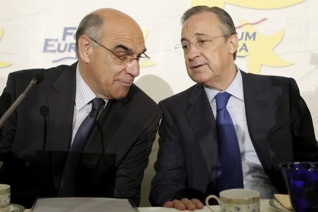 El presidente de Abertis, Salvador Alemany (izquierda), conversa con su colega de ACS, Florentino Pérez, en una imagen de archivo.