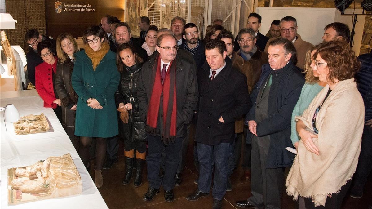 El presidente de Aragón, Javier Lambán,durante su visita de hoyjunto a la consejera de culturaMayte Pérezy el alcalde de Villanueva,Ildefonso Salillas, al Monasterio de Sijena.