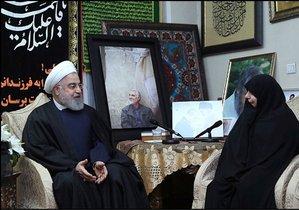 El presidente de Irán, Hasan Rohaní, con la viuda del comandante Soleimani, ante una foto de este, este sábado en Teherán.