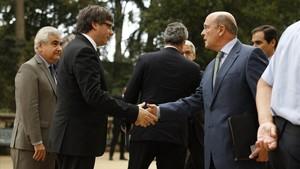 El presidente Puigdemont saluda al coronelde la Guardia Civil,Diego Pérez de los Cobos.