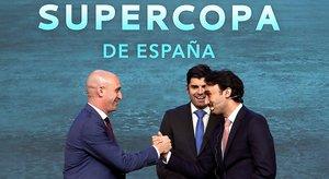 El presidente de la RFEF, Luis Rubiales (izquierda), saluda al príncipe saudí Abdulaziz bin Turki Alfaisal, en Madrid el lunes pasado.