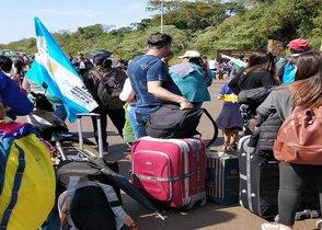 Turistas observan las protestas en Iguazú, Argentina.