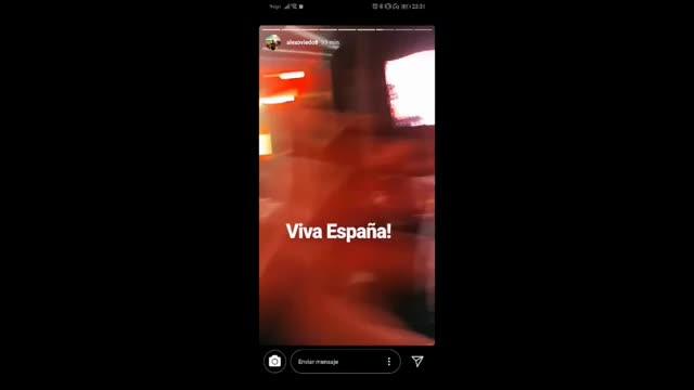 El público corea el himno de España antes del concierto en las fiestas de Bodadilla del Monte la noche del pasado 5 de octubre, y el fenómeno se publicita enlas redes sociales.