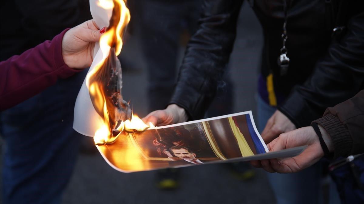 Quema de fotos del Rey, en la protesta de los CDR contra la presencia del Monarca por el MWC.