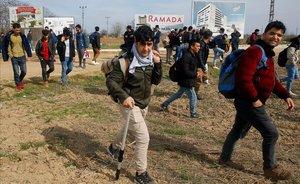 Refugiados se dirigen a la frontera turca de Pazarkule.