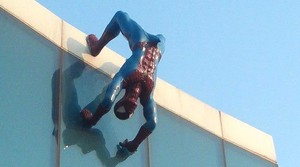 Imatge de lSpiderman erecte a la façana del centre comercial.