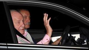El rey Juan Carlos, a su llegada, este viernes por la noche, a la clínica Quirón de Pozuelo de Alarcón (Madrid).
