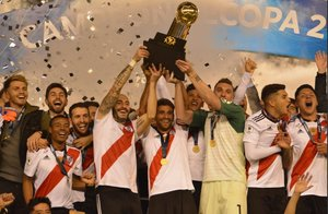 River Plate celebra este nuevo trofeo ante los 70 mil hinchas que fueron al estadio Monumental.