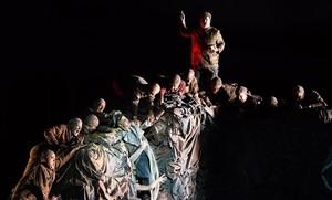 Una escena de la opera GerMANIA, de Alexander Raskatov,estrenada en la Ópera de Lyon, en la que aparecen Hitler (Kryshak) y Stalin (Bezzubenkov)junto a miembros del coro.