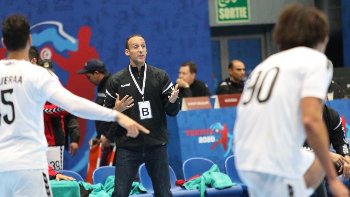 Roberto García Parrondo dirige a la selección de Egipto durante el Campeonato de África.