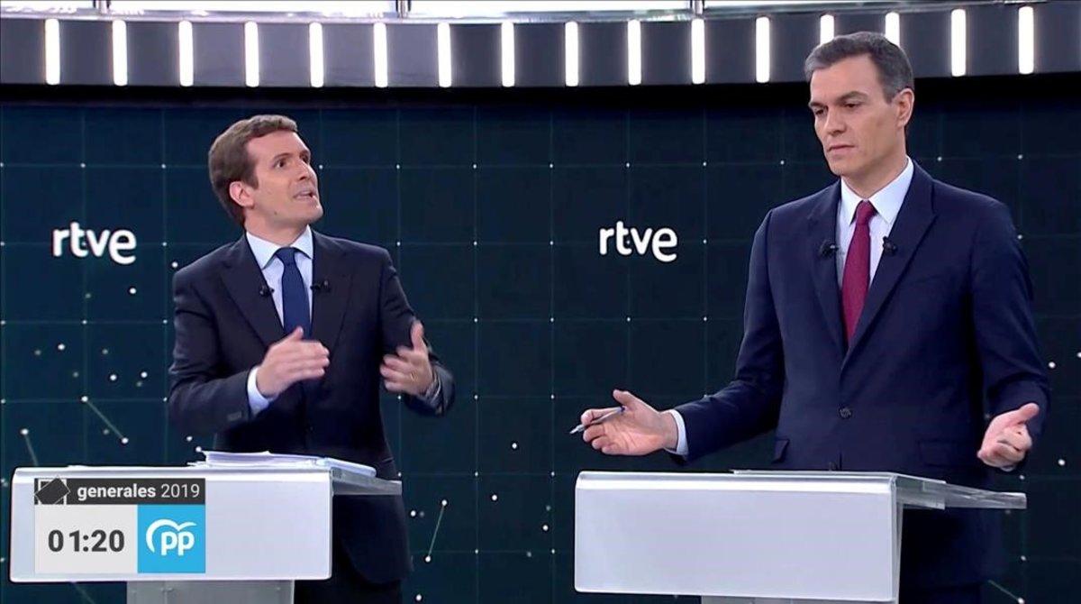 Los líderes del PP, Pablo Casado, y del PSOE, Pedro Sánchez, en un debate electoral el 22 de abril del 2019.