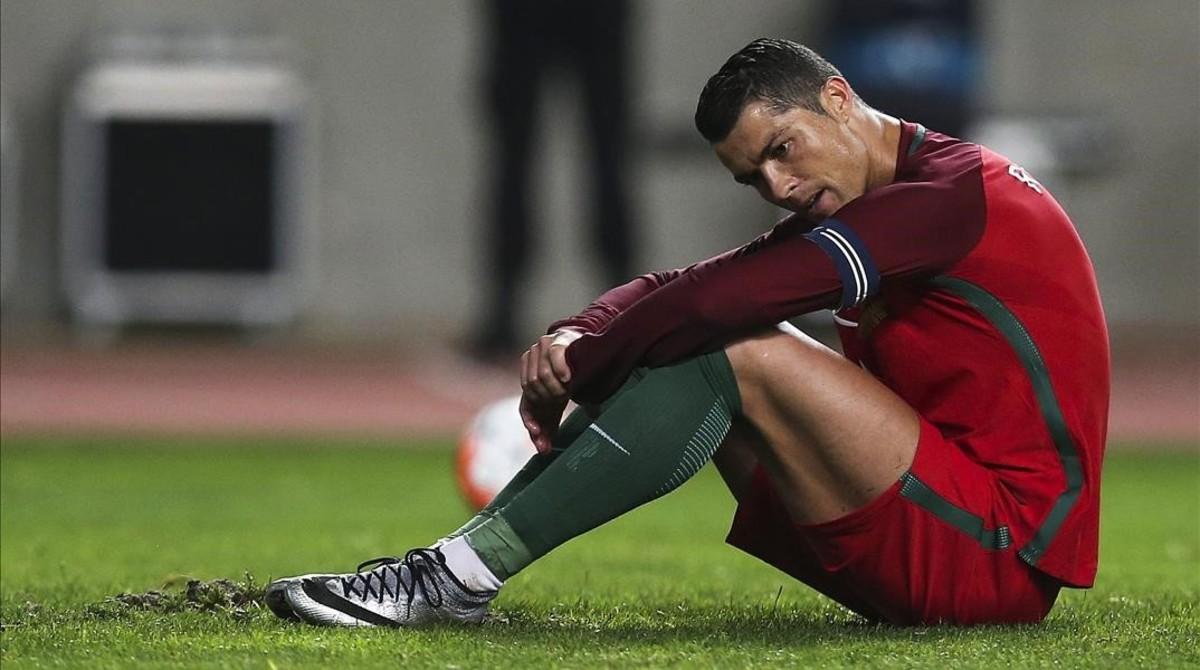 Cristiano Ronaldo se desesperadespués de fallar un penalti ante Bulgaria en Leiria.