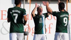 Pedrosa, en el centro, celebra su gol junto a Borja Iglesias y Ferreyra, que también marcaron este jueves en Islandia.