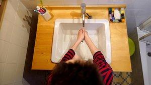 Un niño se lava las manos por precaución contra el coronavirus.