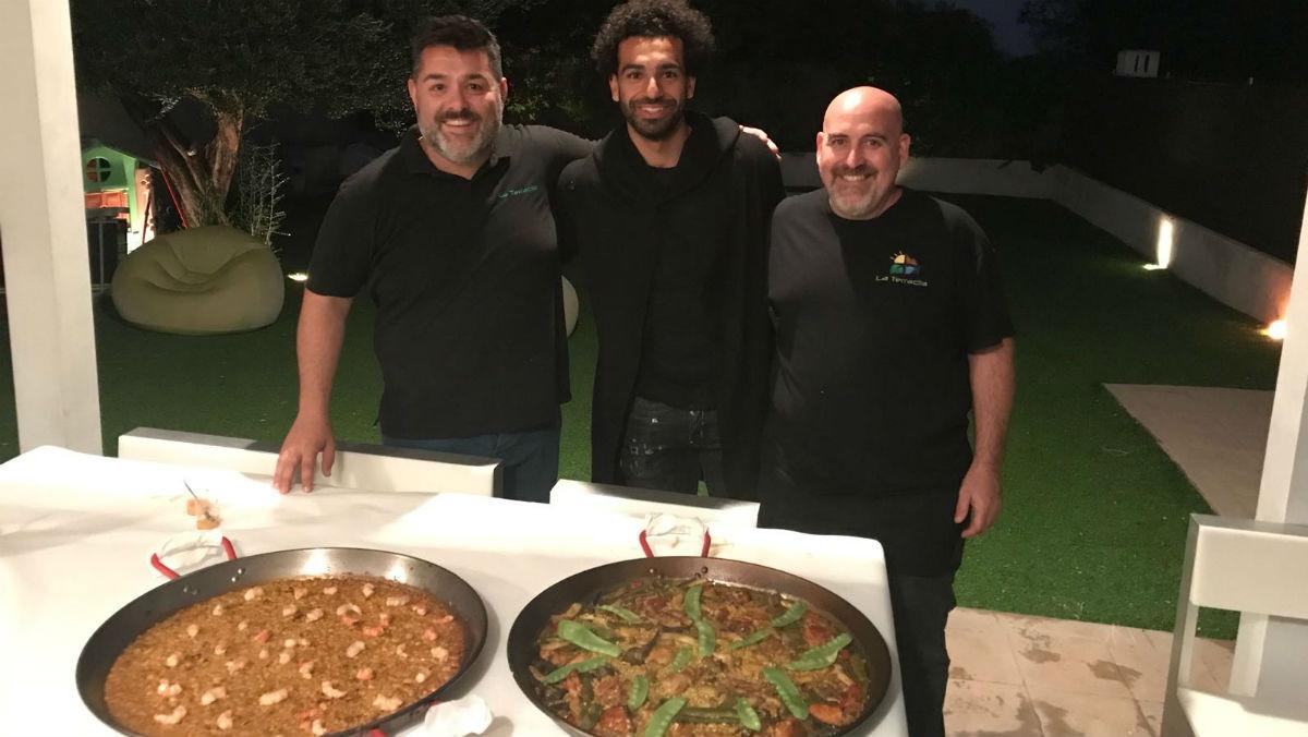 Salah, con Jaume Tárrega (a su izquierda) y David Martí, que cocinaron la paella y el arròs de senyoret que cenó el delantero del Liverpool en Benicàssim.