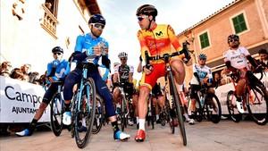 Alejandro Valverde, junto a Albert Torres (derecha), campeón de Europa y excampeón del mundo de pista, este jueves en el debut de la Challenge de Mallorca, en Campos.