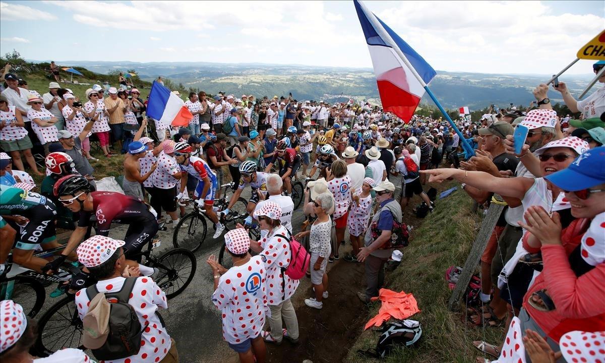 Muchas banderas francesas, en la ruta del Tour de este domingo, con motivo del 14 de julio.