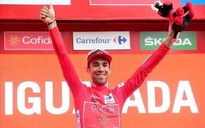 Nico Edet, con su jersey rojo, en el podio de Igualada.