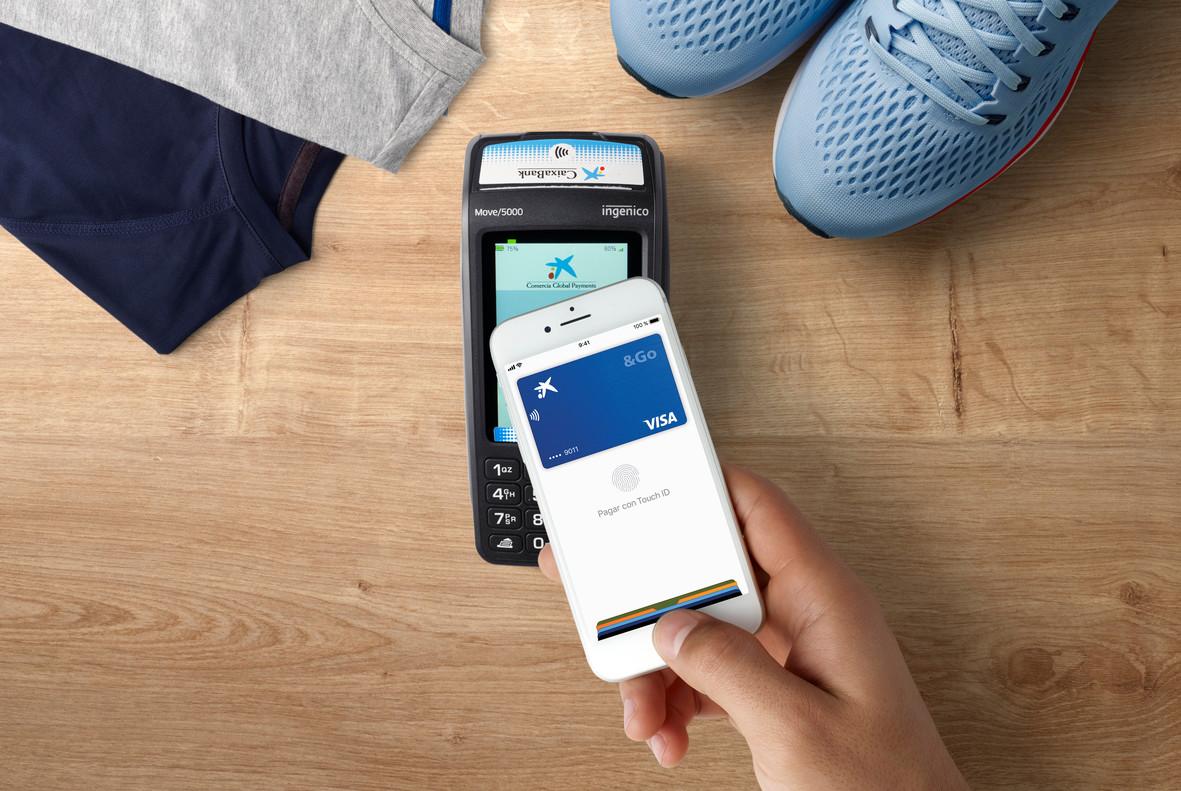 Simulacioón de pago con Apple Pay en una tienda.