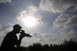 Un soldado israelí vigila la frontera con Gaza.