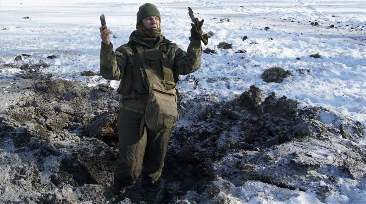 Un soldado ucraniano muestra restos de metralla en la localidad de Avdiivka.
