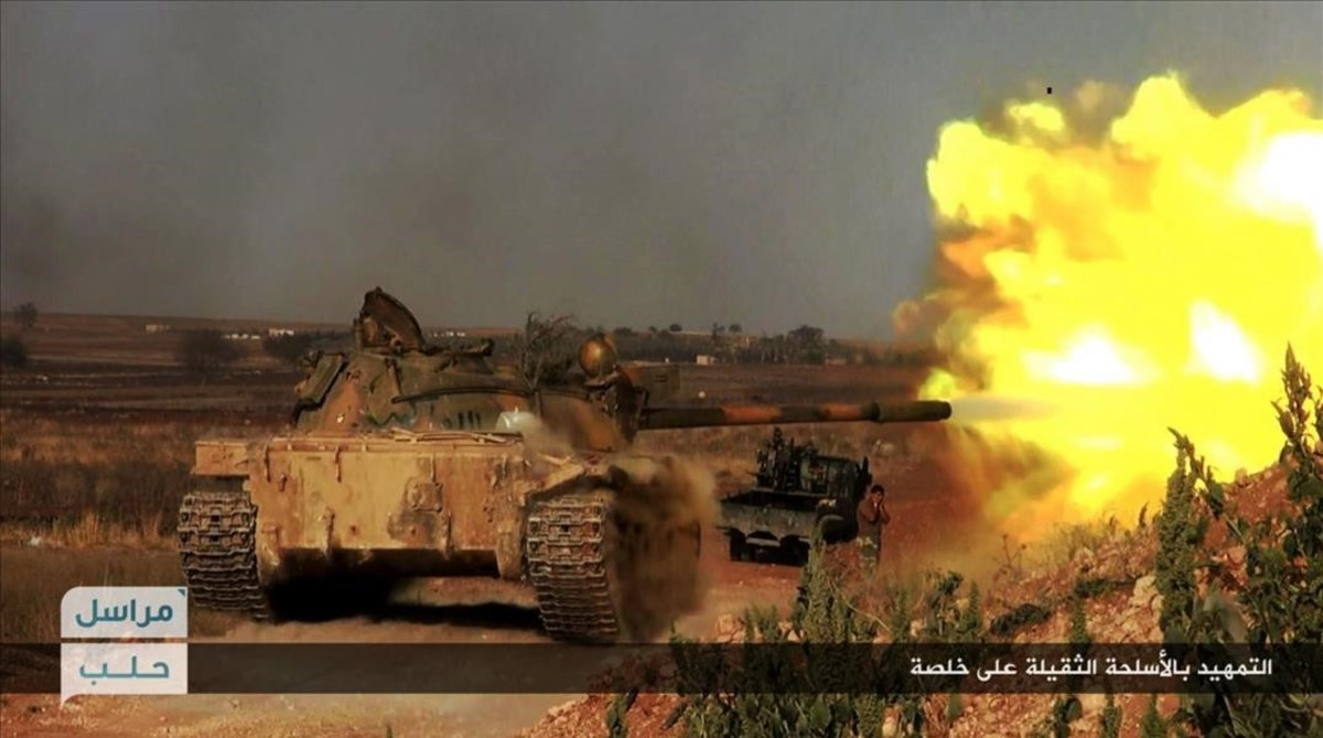 Un tanque del Frente Al-Nusra dispara contra posiciones de las fuerzas del régimen sirio, en Khalsa, al sur de Alepo, el 14 de junio.