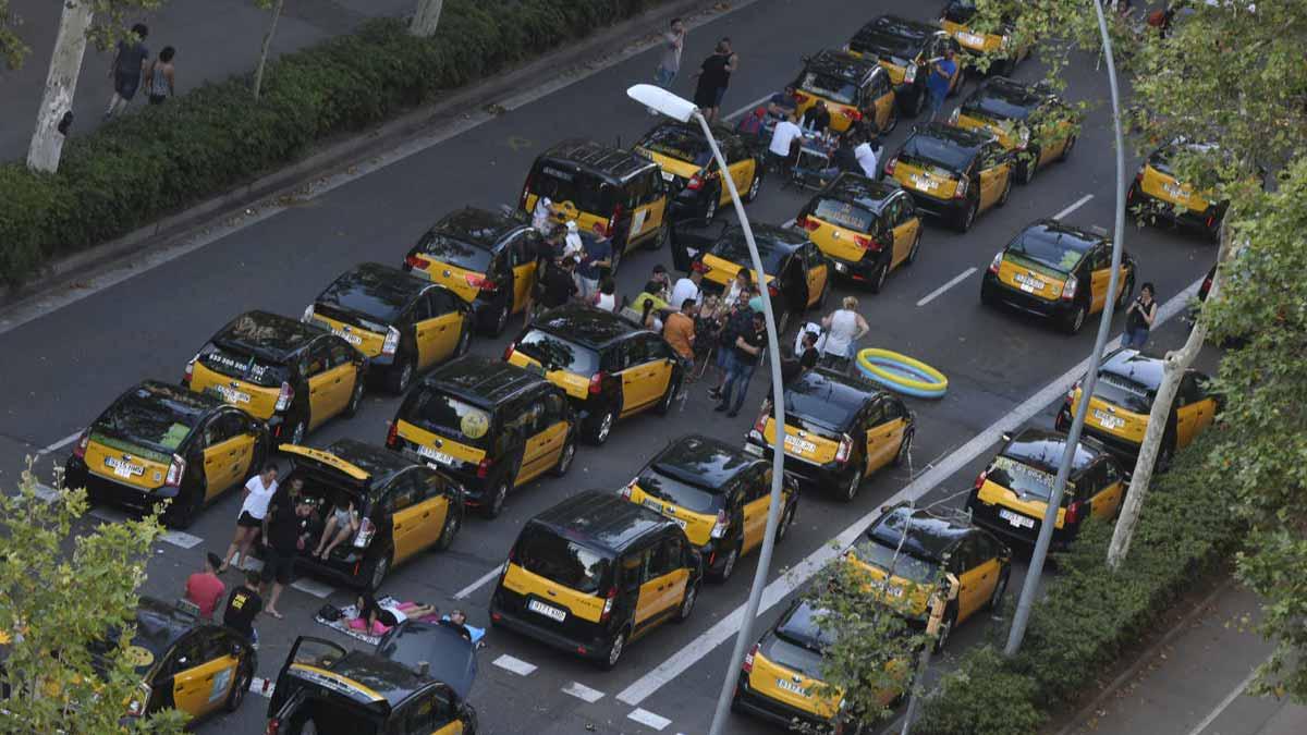 Continúa la huelga indefinida de taxistas en Barcelona y Madrid