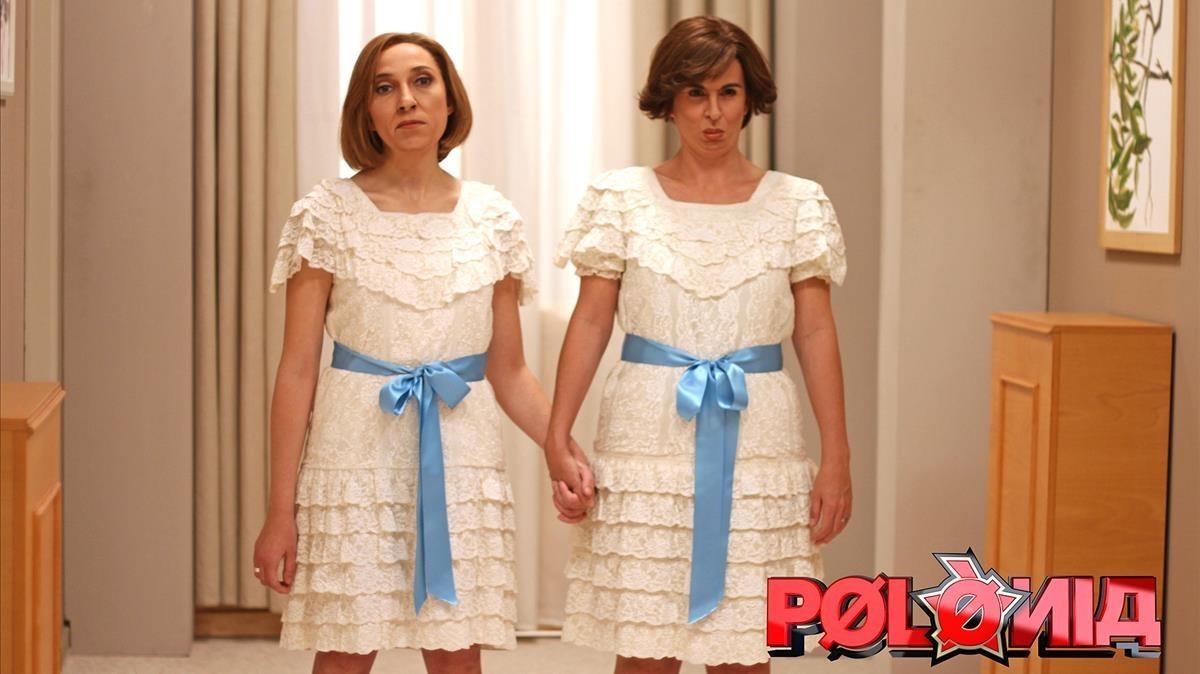 María Dolores de Cospedal (Judit Martín) y Soraya Sáenz de Santamaría (Agnès Busquets), en el programa Polònia (TV-3).