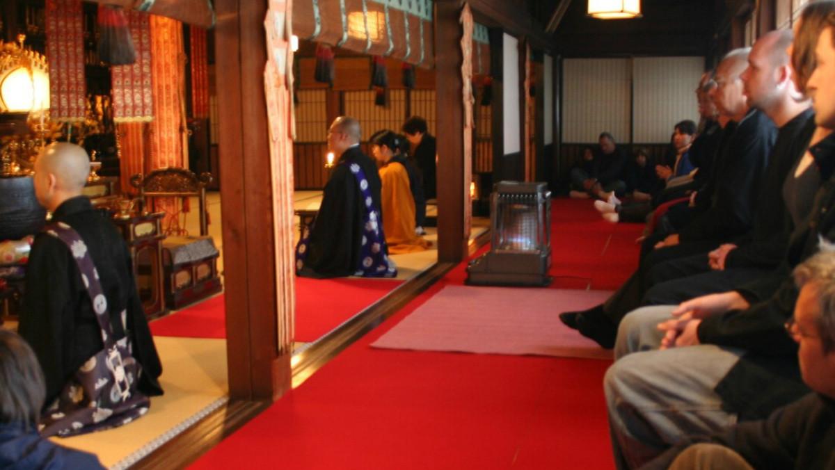 Ceremonia matinal en un santuario budista del monte Koya.