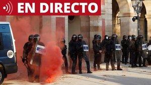 Varios mossos protegen el Parlament ante un grupo de independentistas radicales tras la manifestación de Barcelona.