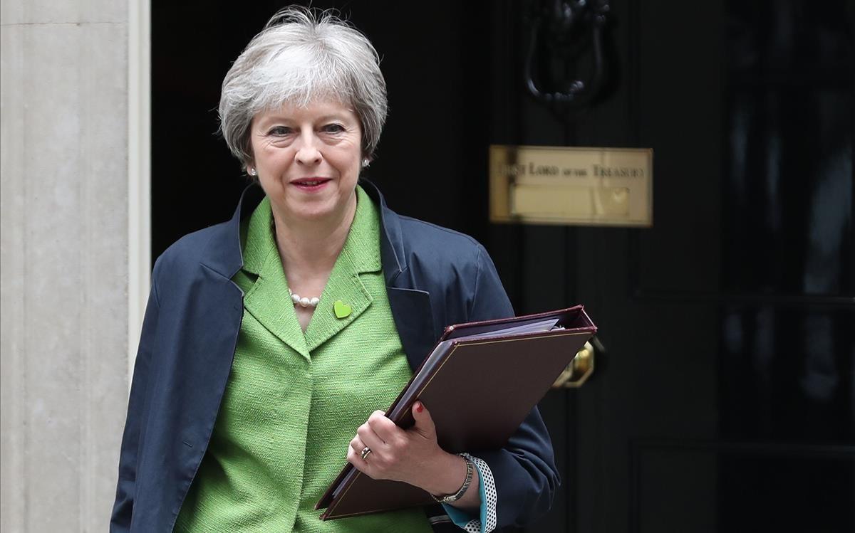 Theresa May sale de Downing Street.