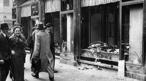 Tienda judía, destrozada durante la Noche de los cristales rotos, en Berlín, en noviembre de 1938.