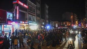 Una calle de Estambul el viernes por la noche tras decretar el confinamineto total de dos dias en Turquía.
