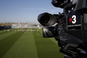 Una cámara de TV-3 graba un entrenamiento de fútbol.