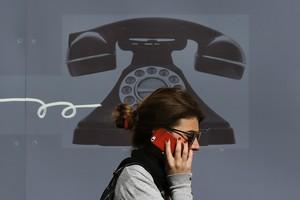 Una dona utilitza el seu telèfon mòbil al centre de Londres, al mes de setembre.