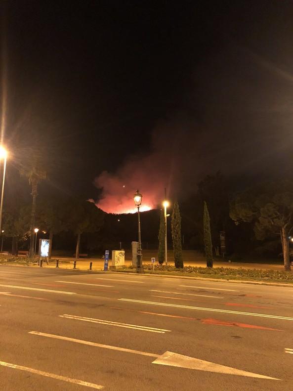 Una imagen del fuego desde la avenida Diagonal de Barcelona.